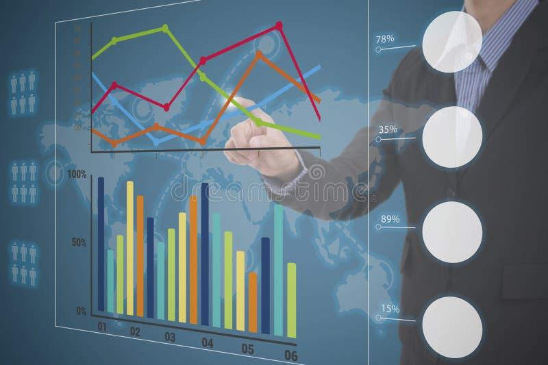 Biznesmen dotyka pieniężnej analizy wykres obrazy stock
