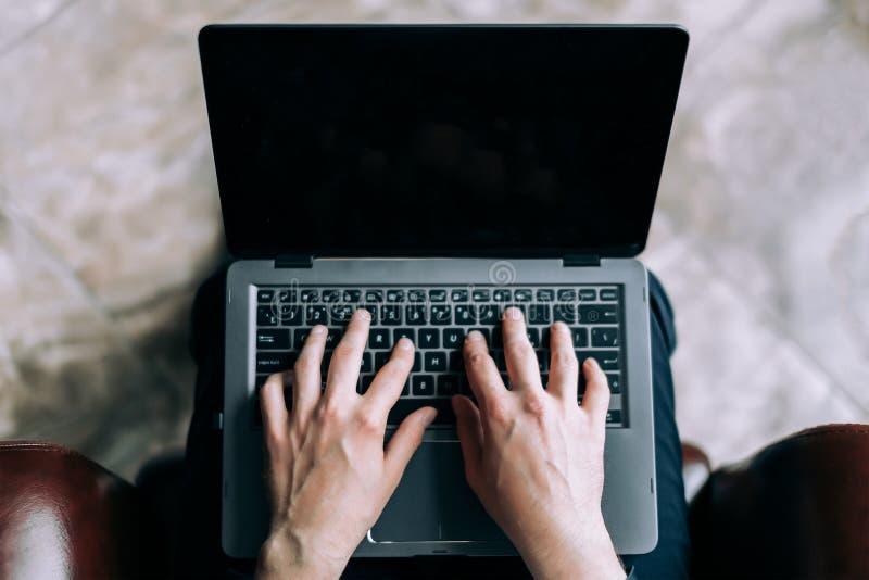 Biznesmen drukuje list na laptopie Pojęcie biznesowa korespondencja fotografia royalty free