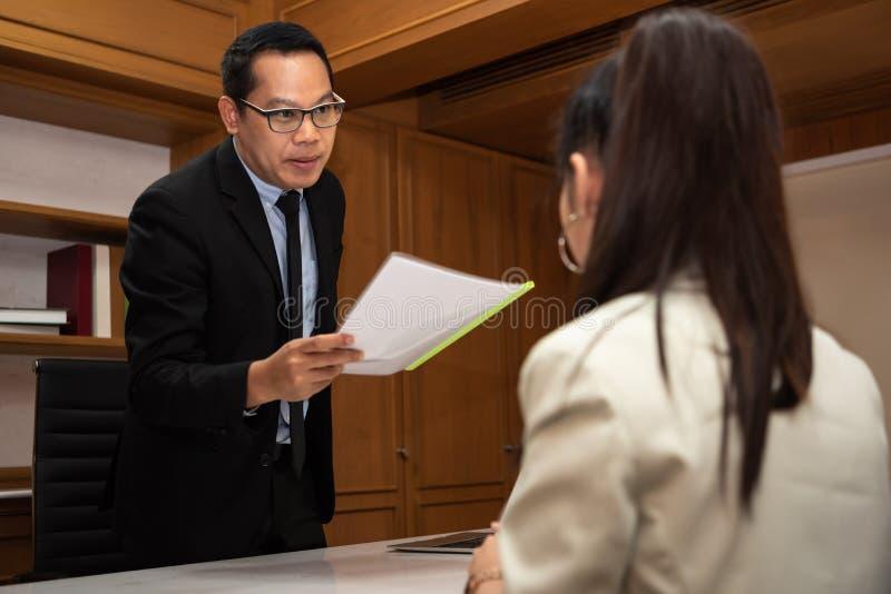 Biznesmen dyskutuje o pracach w spotkaniu zdjęcia royalty free