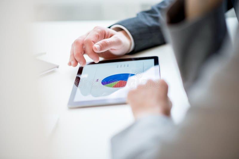 Biznesmen dyskutuje pasztetowego wykres zdjęcia stock