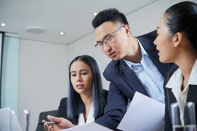 Biznesmen dyskutuje raport z coworkers fotografia stock