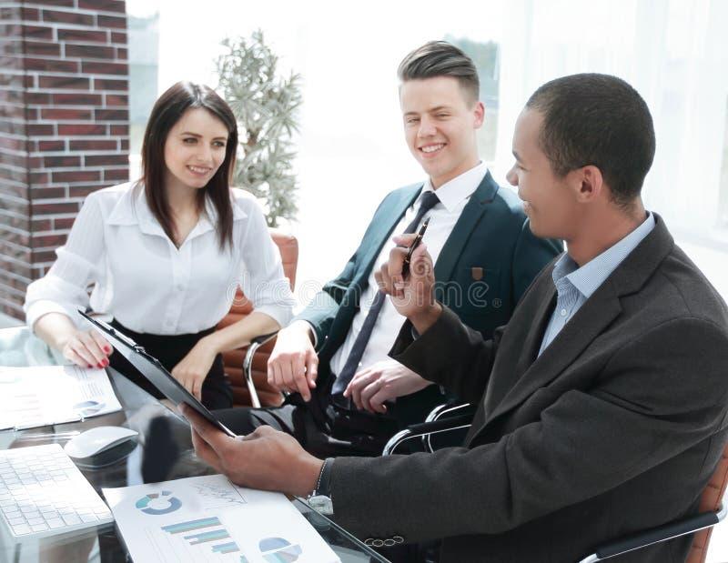 Biznesmen dyskutuje z biznes dru?yny pieni??nymi dokumentami fotografia royalty free
