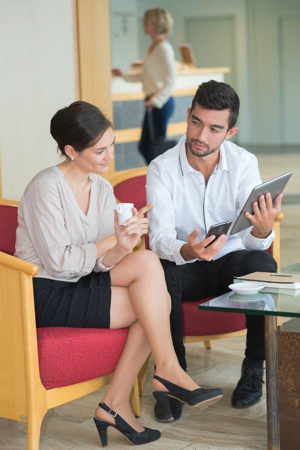 Biznesmen dyskutuje z kolegą nad cyfrową pastylką w biurze fotografia royalty free