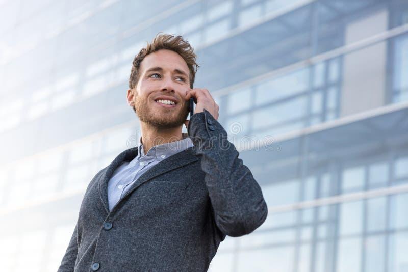 Biznesmen dzwoni opowiadać na telefonie ma biznesową rozmowę obraz stock