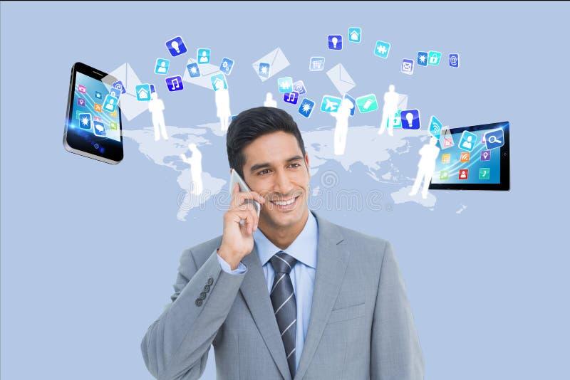 Biznesmen dzwoni przeciw podaniowemu ikony, smartphone i pastylki komputeru tłu, obrazy royalty free