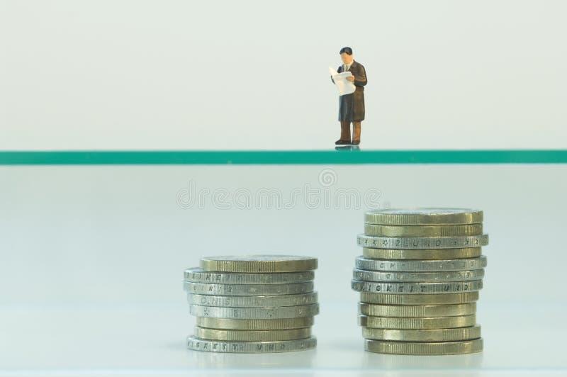 Biznesmen figurka planuje o emerytura emerytura zdjęcie stock