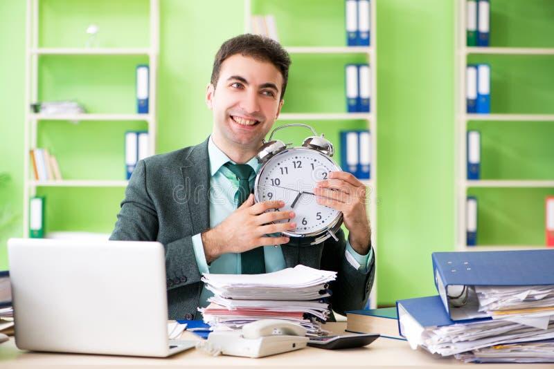 Biznesmen gniewny z przesadnym pracy obsiadaniem w biurze w czasu zarządzania pojęciu zdjęcie royalty free