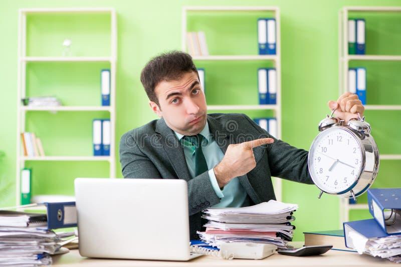 Biznesmen gniewny z przesadnym pracy obsiadaniem w biurze w czasu zarządzania pojęciu obraz stock
