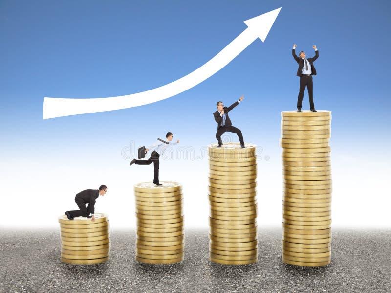 Biznesmen iść w górę złocistej monety od początku, sukces zdjęcia royalty free