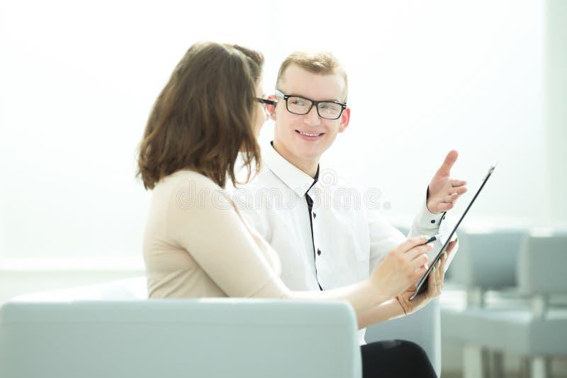 Biznesmen i biznesowa kobieta dyskutuje terminy kontrakt zdjęcie royalty free