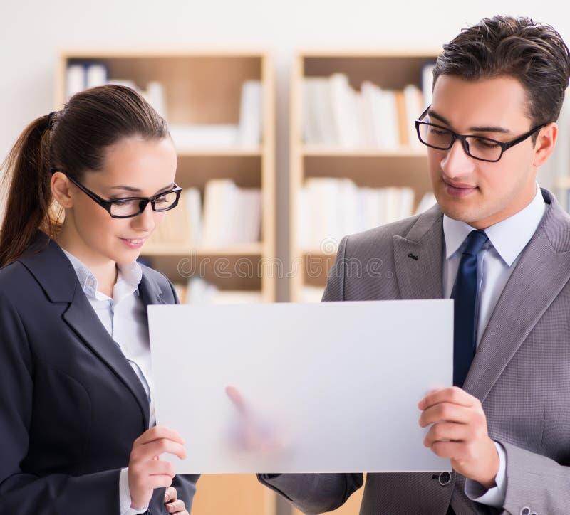 Biznesmen i bizneswoman ma dyskusj? w biurze fotografia royalty free