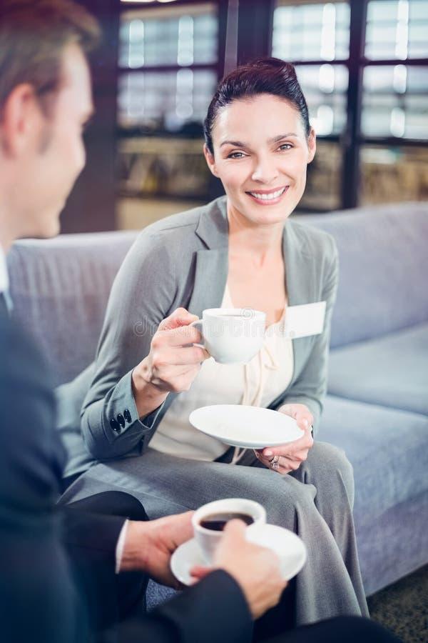 Biznesmen i bizneswoman ma herbaty podczas breaktime obrazy stock