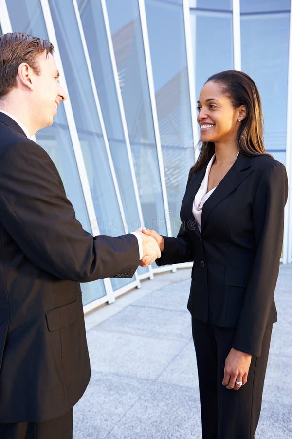 Biznesmen I bizneswomany Trząść ręki zdjęcie stock