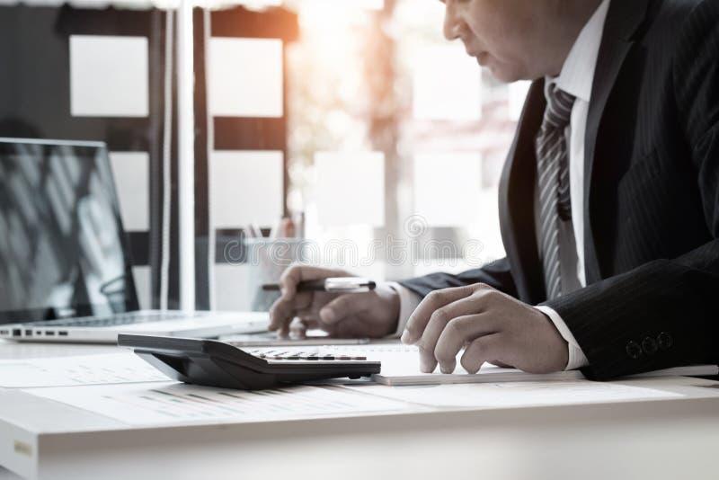 Biznesmen i kalkulator, księgowości pojęcie zdjęcia royalty free