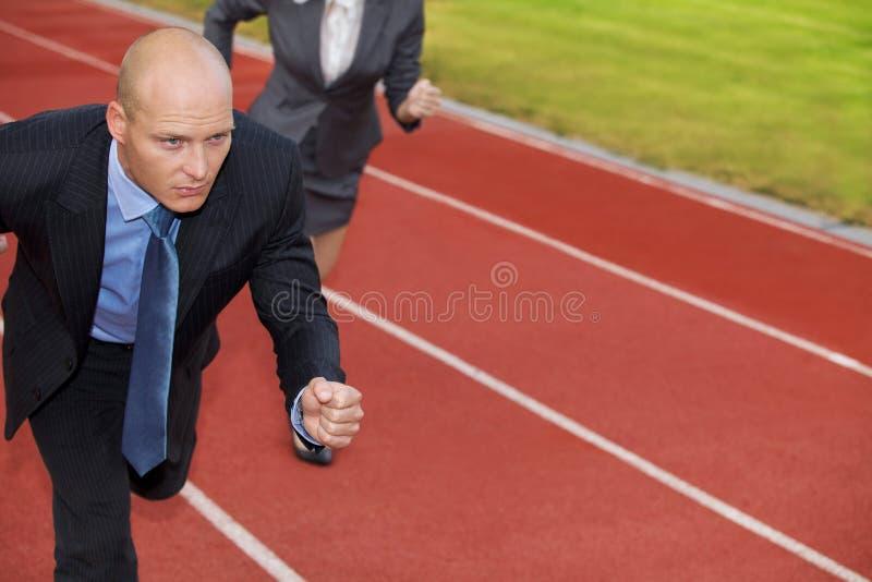 Biznesmen i kobieta na bieg na biegowym śladzie zdjęcie royalty free