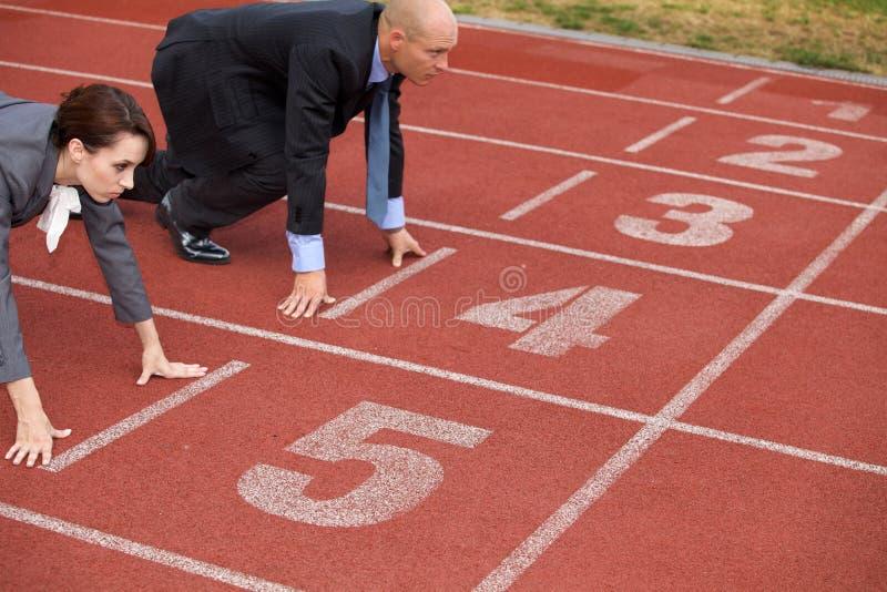 Biznesmen i kobieta na początek linii bieg tropimy zdjęcie royalty free