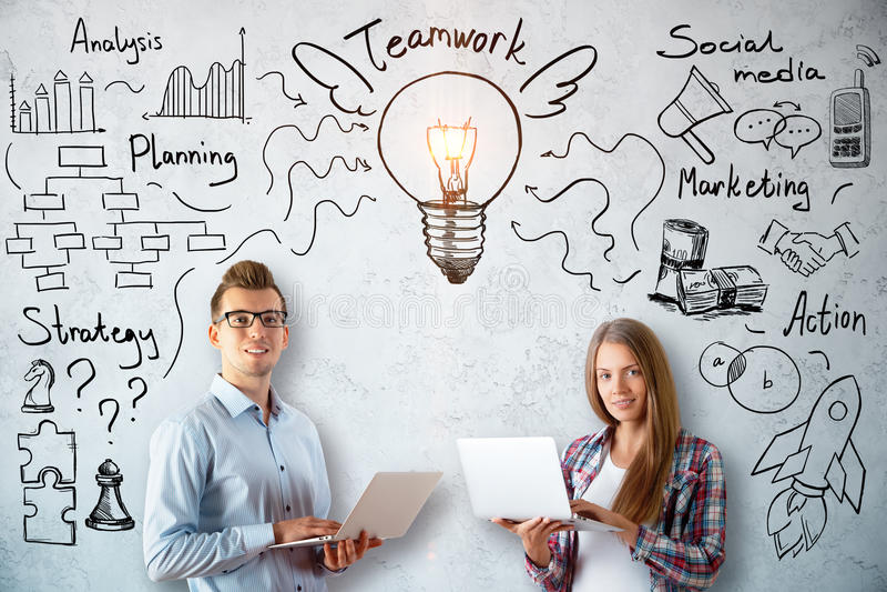 Biznesmen i kobieta z pracy zespołowej nakreśleniem obraz royalty free