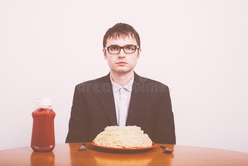 Biznesmen i makaron z ketchupem zdjęcie stock