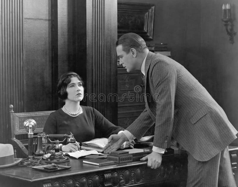 Biznesmen i skeptical bizneswoman (Wszystkie persons przedstawiający no są długiego utrzymania i żadny nieruchomość istnieje Dost obrazy stock