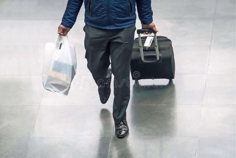 Biznesmen i walizka w lotniskowym wyjściowym holu z podróży pojęciem, wakacje pojęcie, podróżnik walizki w airpo obrazy royalty free