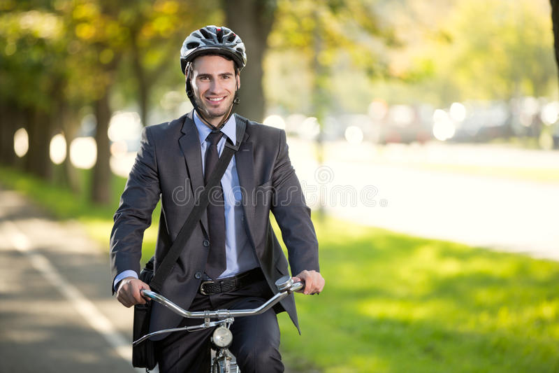 Biznesmen jedzie bicykl pracować, pojęć savings benzynowy conce fotografia stock