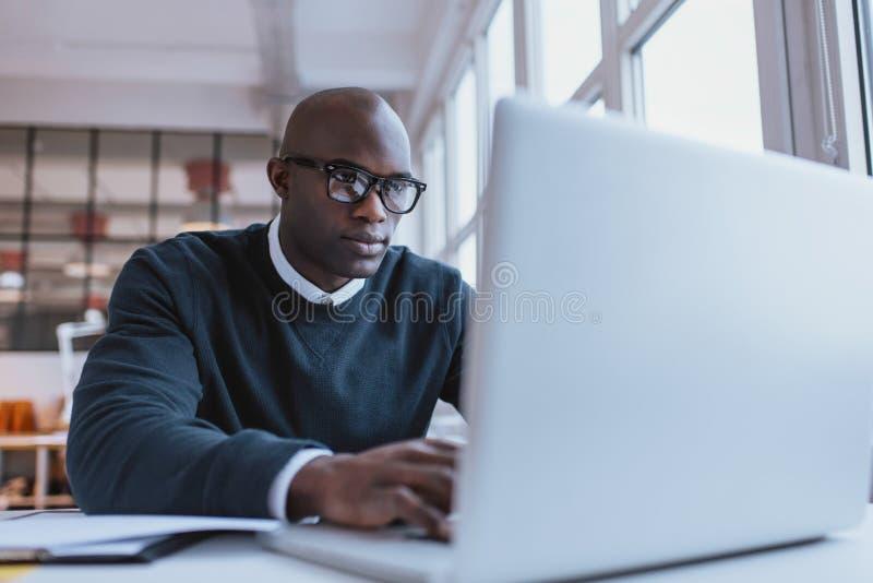 biznesmen jego laptopów young pracy zdjęcie royalty free