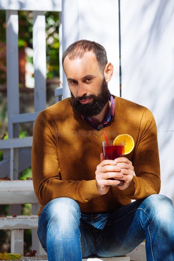 Biznesmen jesieni brunetki brody chwyta biurowego domu męskich szklanych cukiernianych odważnych brodatych liści wina ogródu pełn zdjęcia royalty free