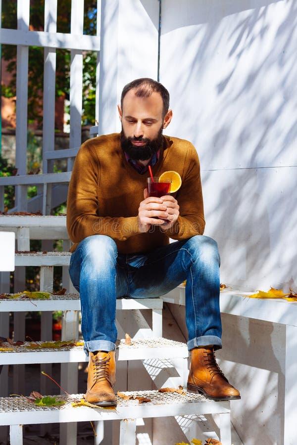 Biznesmen jesieni brunetki brody chwyta biurowego domu męskich szklanych cukiernianych odważnych brodatych liści wina ogródu pełn obraz stock