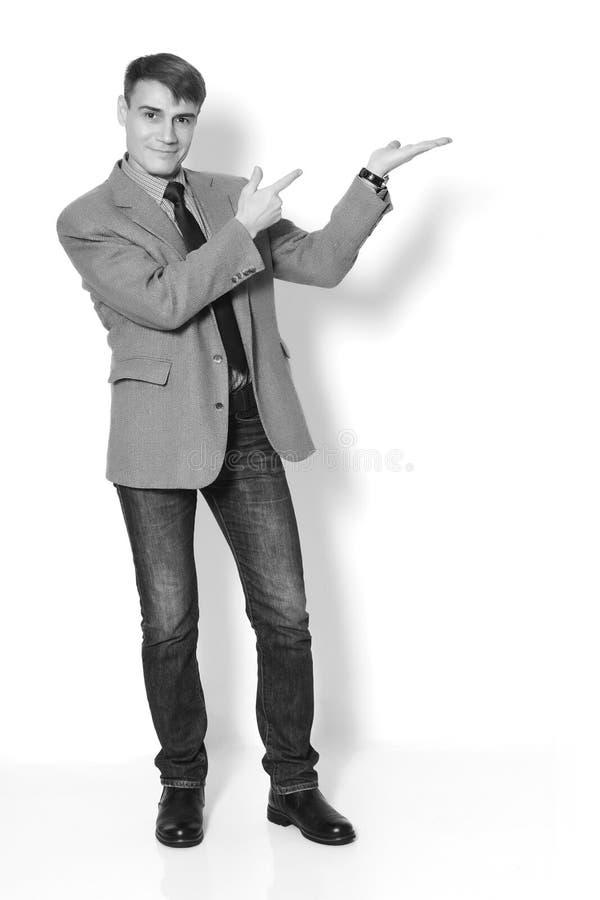 Biznesmen jest ubranym kurtki koszula, cajgi na lekkim tle i obraz stock