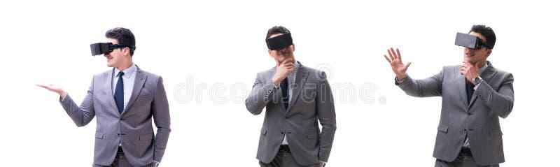 Biznesmen jest ubranym rzeczywisto?ci wirtualnej VR szk?a odizolowywaj?cych na bielu zdjęcia royalty free
