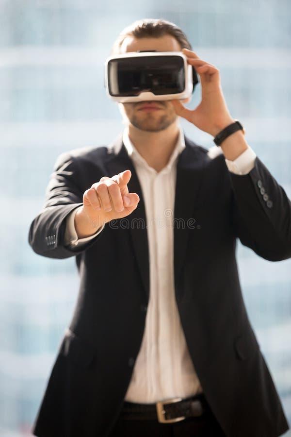 Biznesmen jest ubranym VR szkła i macania powietrze obraz stock