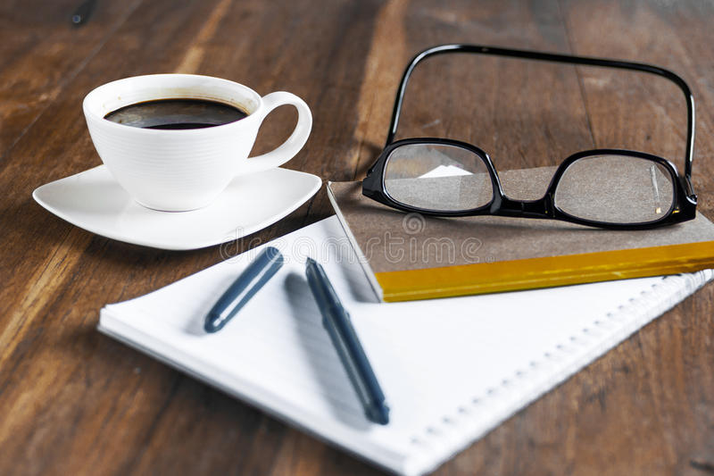 Biznesmen kawa i biurko obrazy royalty free