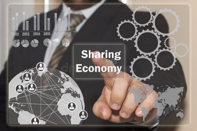 Biznesmen klika dalej udzielenie gospodarkę na dotyka piargu zdjęcie stock
