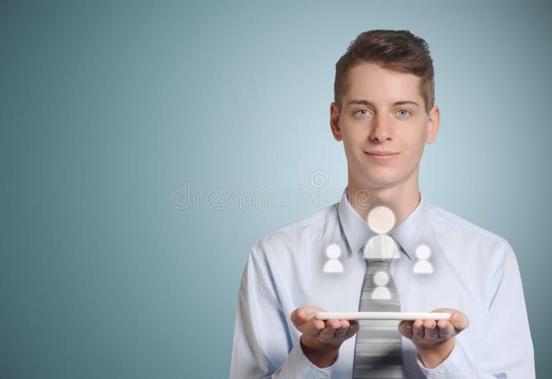 Biznesmen komputerowej pastylki ogólnospołeczne medialne ikony w rękach obrazy stock