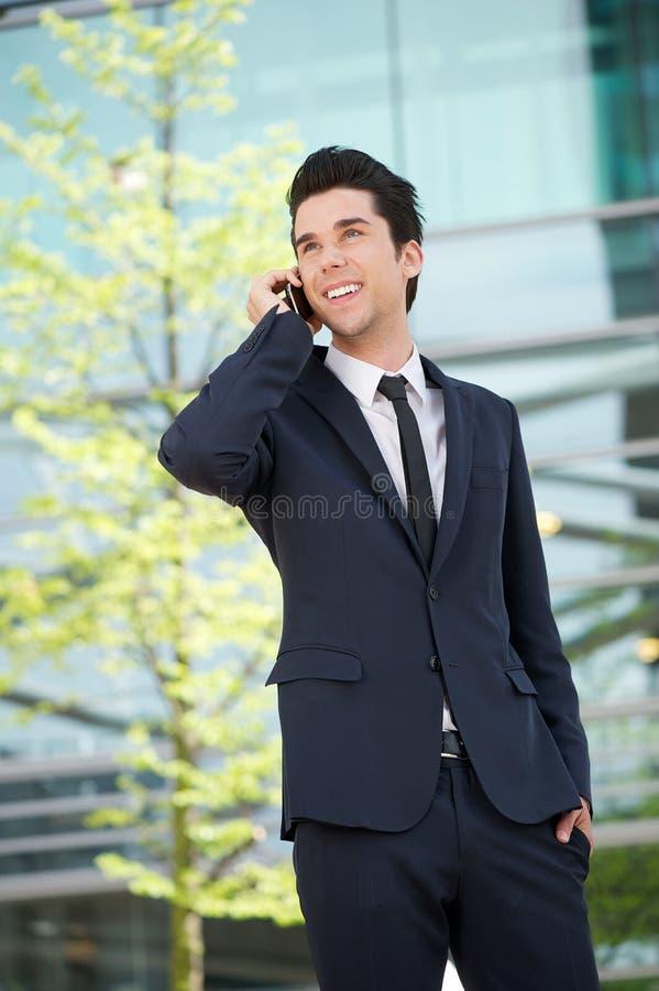 Biznesmen komunikuje na telefonie komórkowym outdoors obraz royalty free