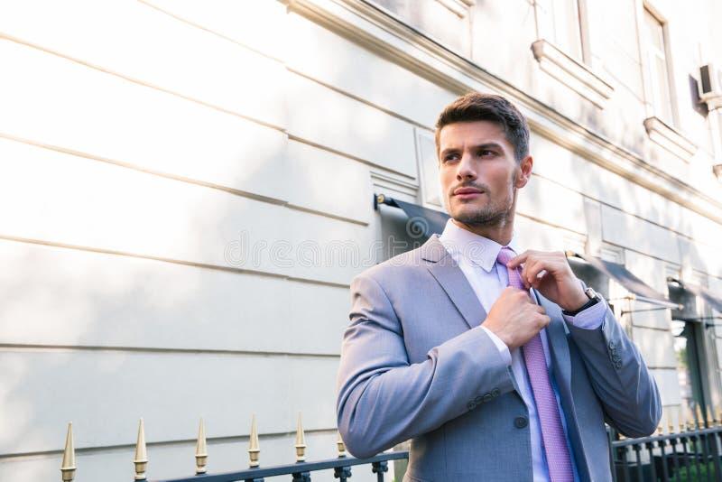 biznesmen krawat prostuje krawat fotografia stock