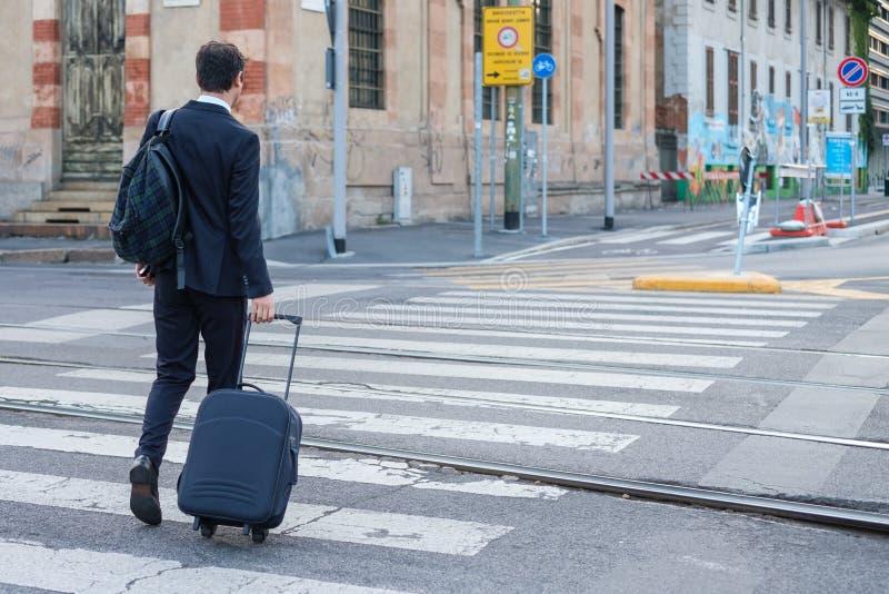 Biznesmen krzyżuje miasto ulicę na crosswalk obrazy royalty free