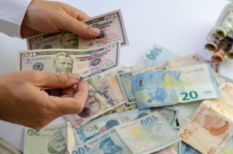 biznesmen liczy ręki odizolowywającego pieniądze biel Ä°solated na bielu fotografia stock