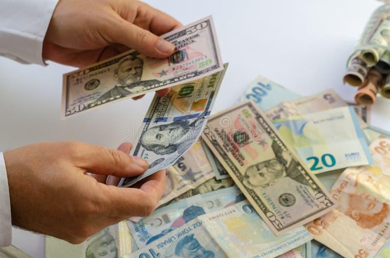 biznesmen liczy ręki odizolowywającego pieniądze biel Odizolowywający na bielu zdjęcia stock