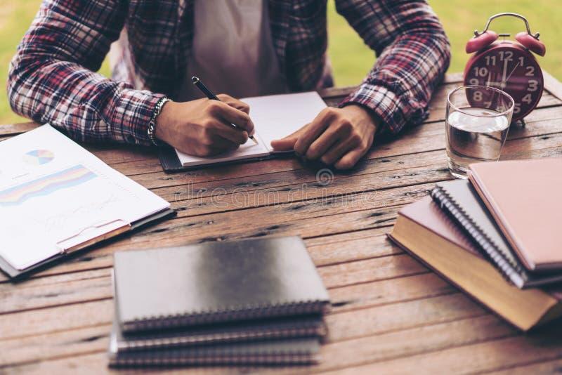 Biznesmen lub freelance pracować na biurku zdjęcia stock