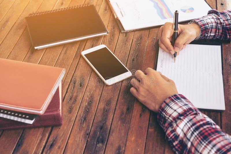Biznesmen lub freelance pracować na biurku fotografia royalty free