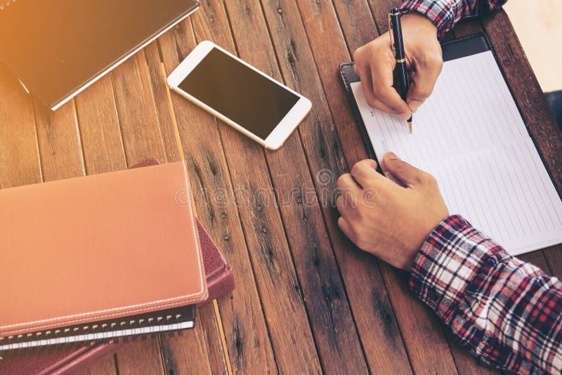 Biznesmen lub freelance pracować na biurku fotografia stock
