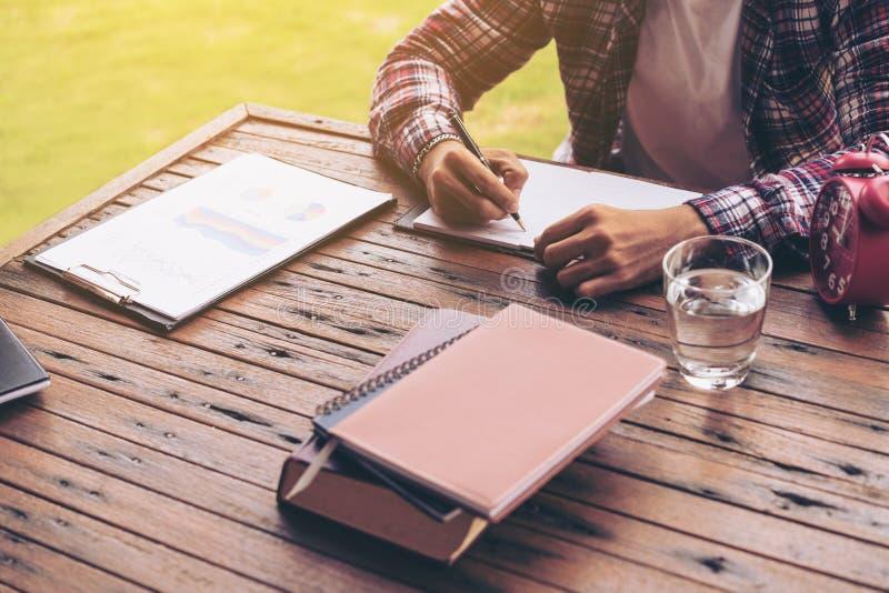 Biznesmen lub freelance pracować na biurku obraz royalty free