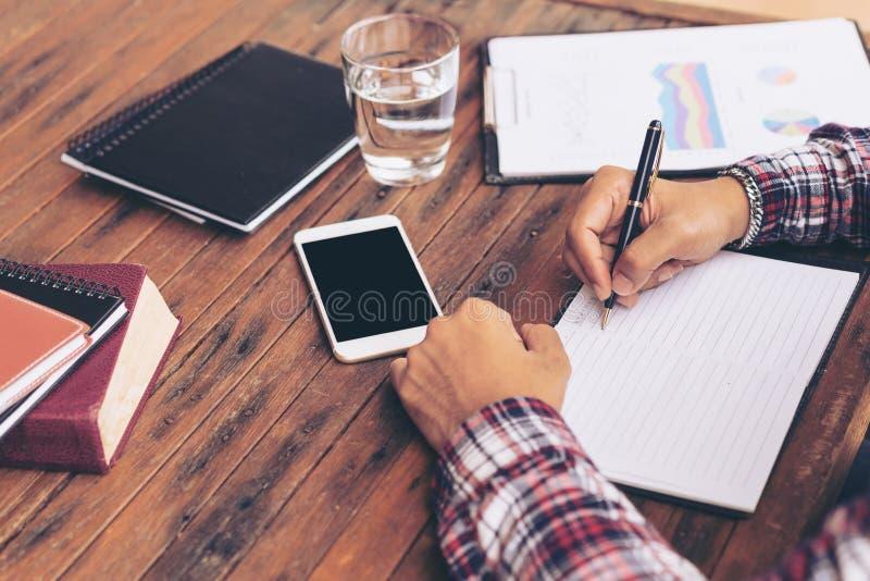 Biznesmen lub freelance pracować na biurku zdjęcie royalty free