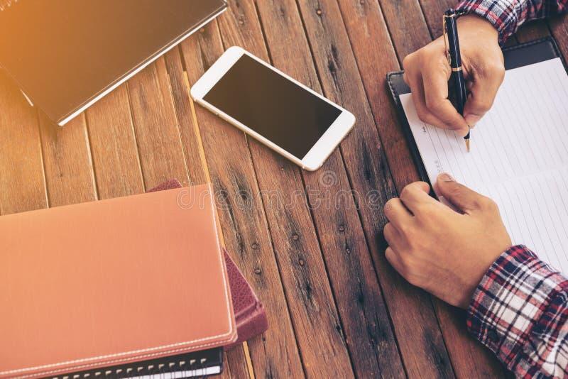 Biznesmen lub freelance pracować na biurku obraz stock