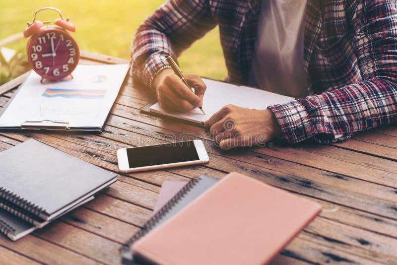 Biznesmen lub freelance pracować na biurku obrazy stock