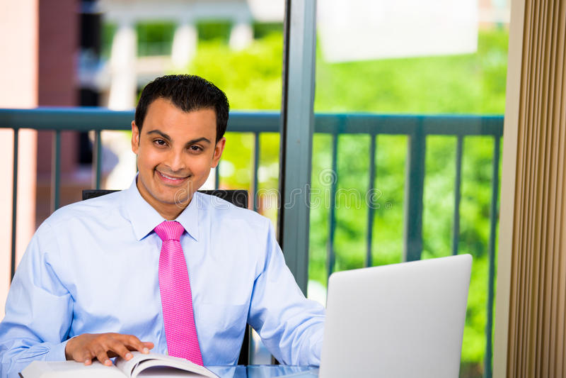Biznesmen lub uczeń pracuje mocno na laptopie i pisać obrazy royalty free