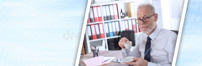 Biznesmen ma kawową przerwę; panoramiczny sztandar obrazy stock