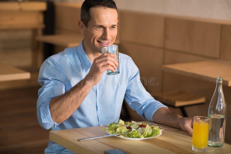 Biznesmen ma lunch w kawiarni zdjęcie royalty free