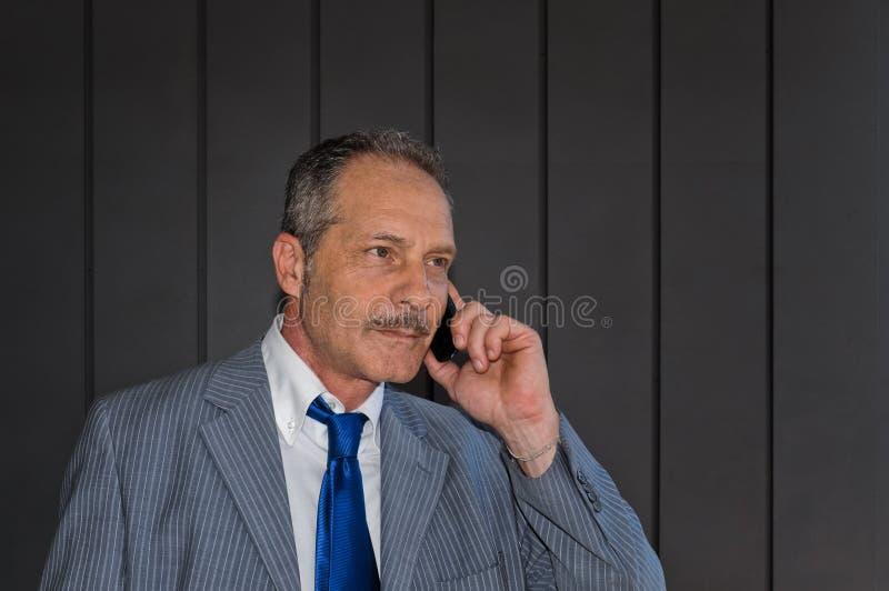 Biznesmen na komórkowym telefonie zdjęcia royalty free